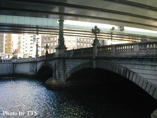 現在の日本橋の様子。上に首都 ...